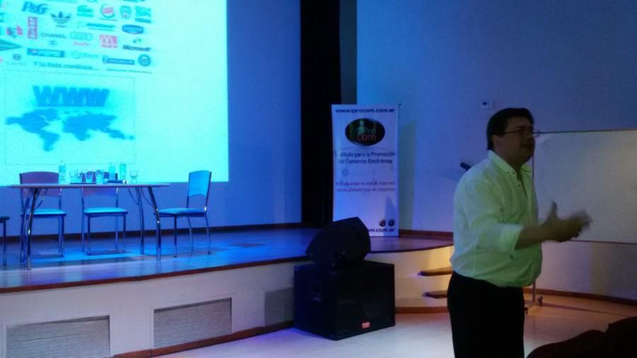 Dr Hugo Lanteri exponiendo sobre aspectos legales de Internet